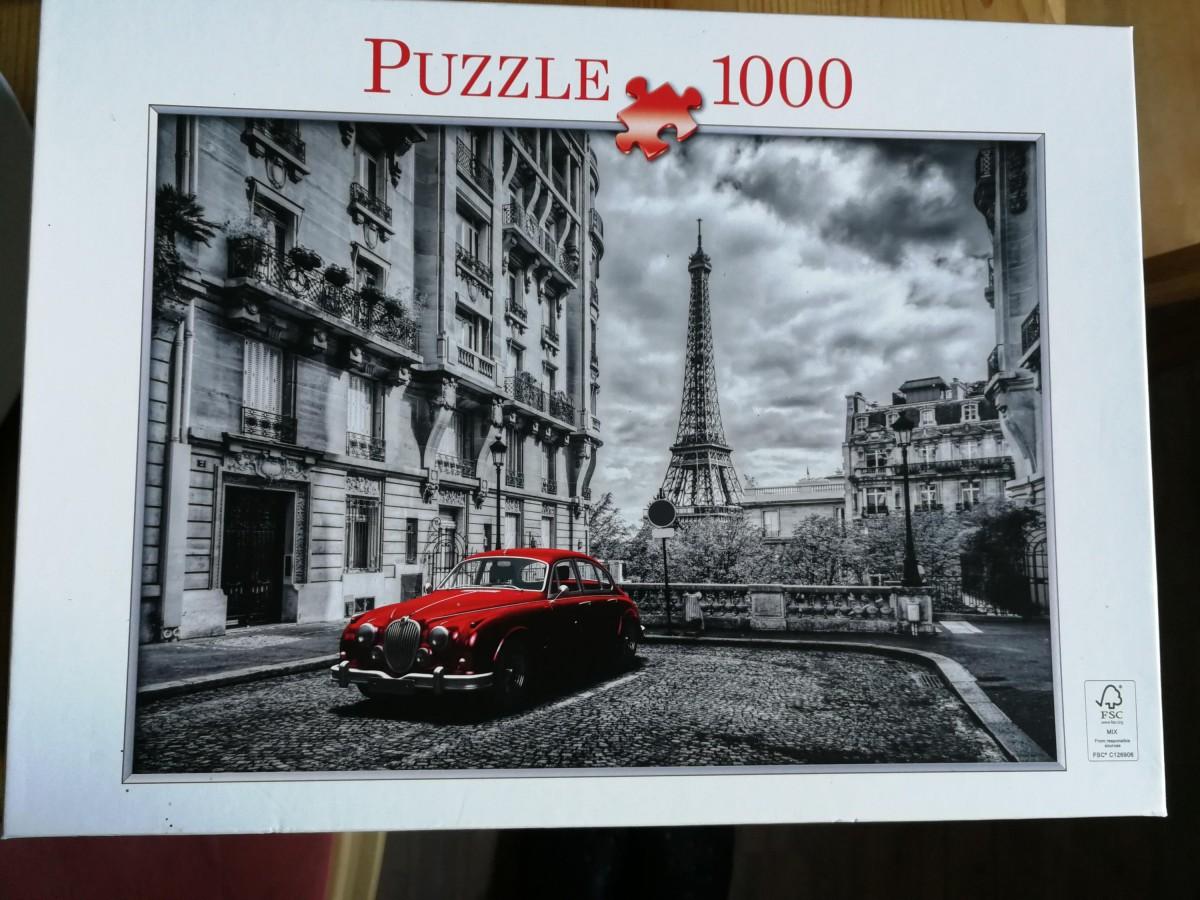 Eiffelturm mit roter Limousine